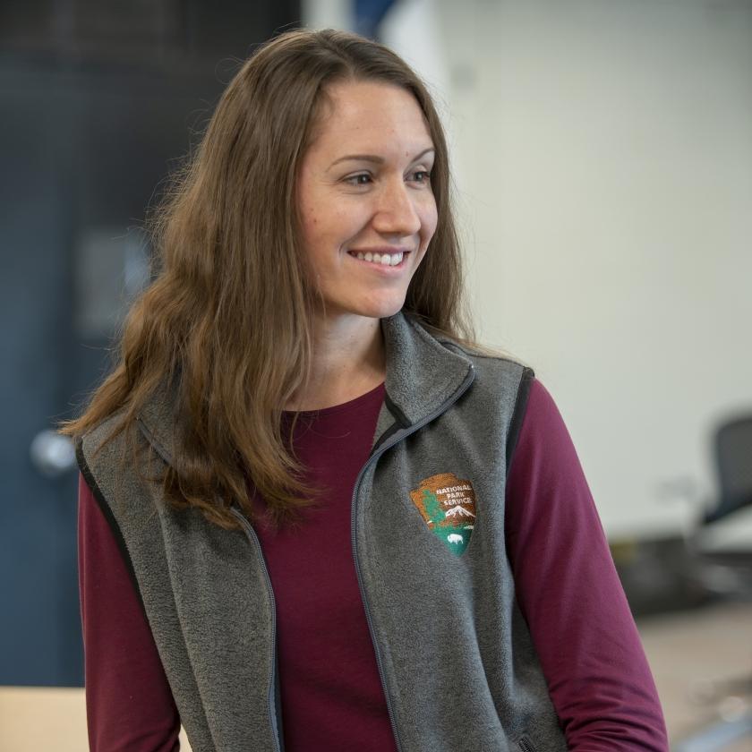 La especialista en información visual Laura Thomas posa para una foto en su oficina