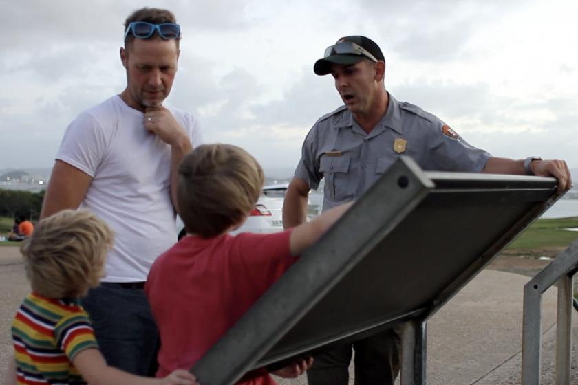 El Coordinador de Permisos Especiales Angel Cuevas hablando con los visitantes en el Sitio Histórico Nacional de San Juan